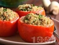 Пълнени домати с киноа, гъби и сирене, печени на фурна